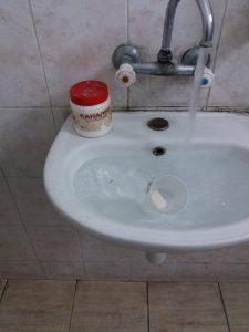 отпушване на запушена мивка